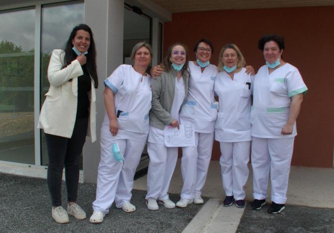 L'équipe accueille les résidents dans les nouveaux locaux de l'Ehpad de Castelnau-Montratier dans le Lot.