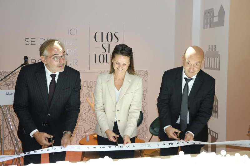 Arnaud Péricard, Virginie Bernoux and Stéphane Cardarelli cut the symbolic ribbon marking the opening of the Maison du projet to the public