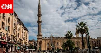 """""""بعد تدافع لتقبيل المقام"""".. إغلاق مسجد الحسين في القاهرة لمخالفة إجراءات مواجهة كورونا"""