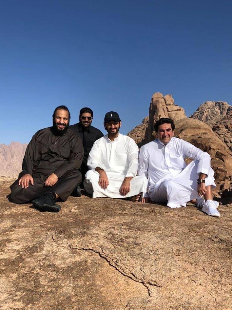 تداول صور محمد بن سلمان أعلى جبل اللوز من كان بصحبته Cnn Arabic