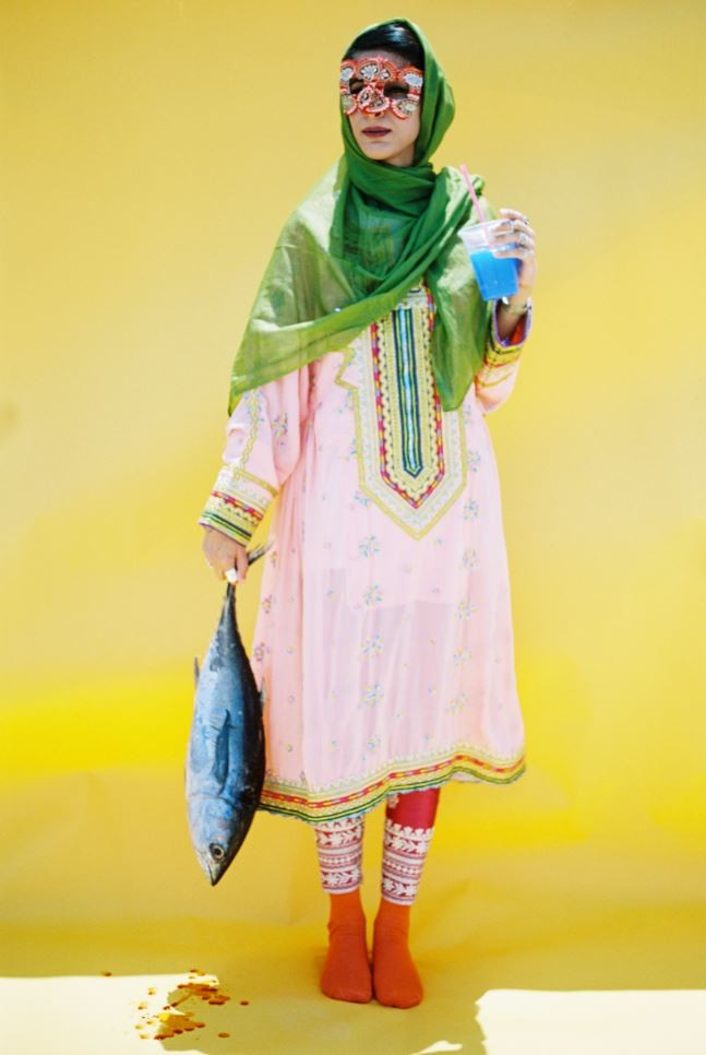 """برقع عماني مع أحذية """"أديداس"""".. ما رسالة هذا المصور؟"""