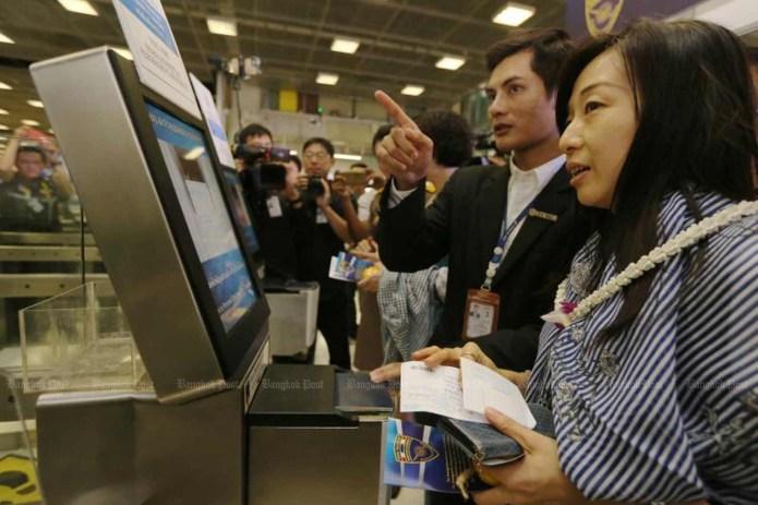 Un touriste chinois utilise un terminal d'immigration électronique à l'aéroport de Suvarnabhumi. Le Cabinet a prolongé l'exemption des frais de visa pour les citoyens de 18 pays jusqu'en avril, dans le cadre d'un plan de relance économique. (Photo du dossier)