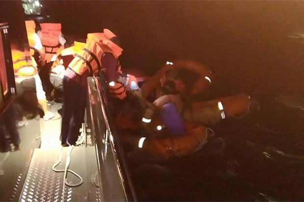 Rescue officials help survivors after a Raja ferry capsized off Koh Samui in Surat Thani on Sunday night. (Photo from Disaster Prevention and Mitigation Office in Surat Thani)