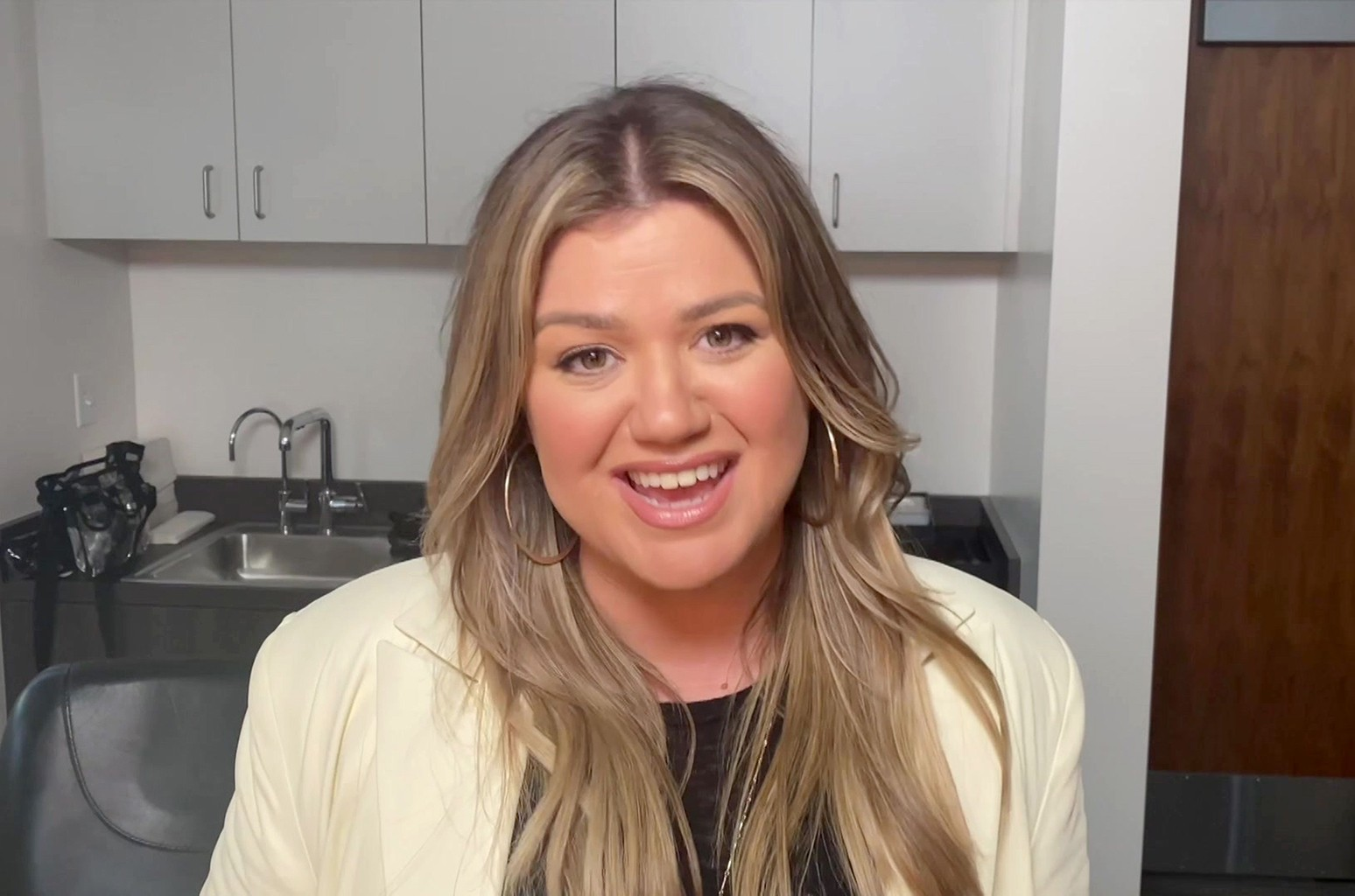 Kelly Clarkson June 2021 - Singer Kelly Clarkson Wins 2 ...