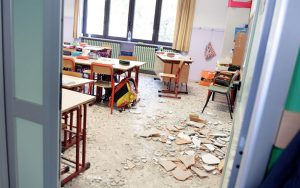 Taranto, crolla tetto in una scuola dopo lancio petardo: nessun ferito