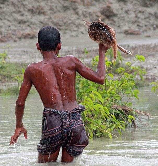 bangladeshi-boy-saves-drowning-baby-deer-8