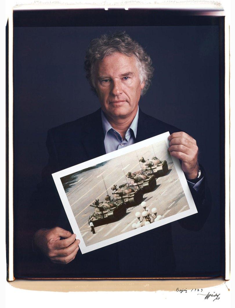 famous photographer portraits behind photographs tim mantoani 4 - Eles posaram para foto segurando suas próprias fotografias
