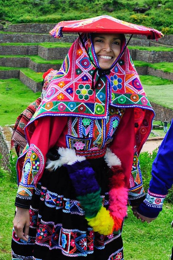 Novia peruana tradicional en el valle sagrado cerca de Cuzco, Perú