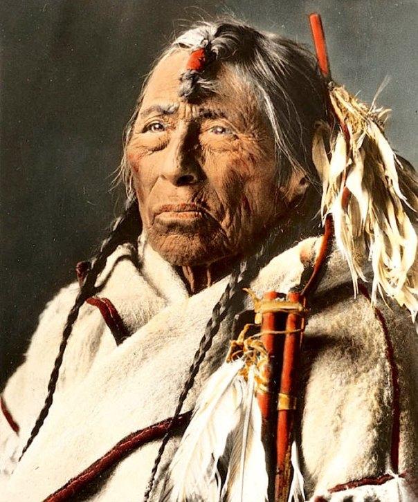 Águila Flecha.  Un hombre Siksika.  Montana.  Principios de 1900.  Vidrio diapositiva de linterna por Walter Mcclintock