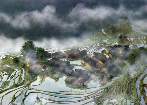 Terrazas Aldea en la niebla, China