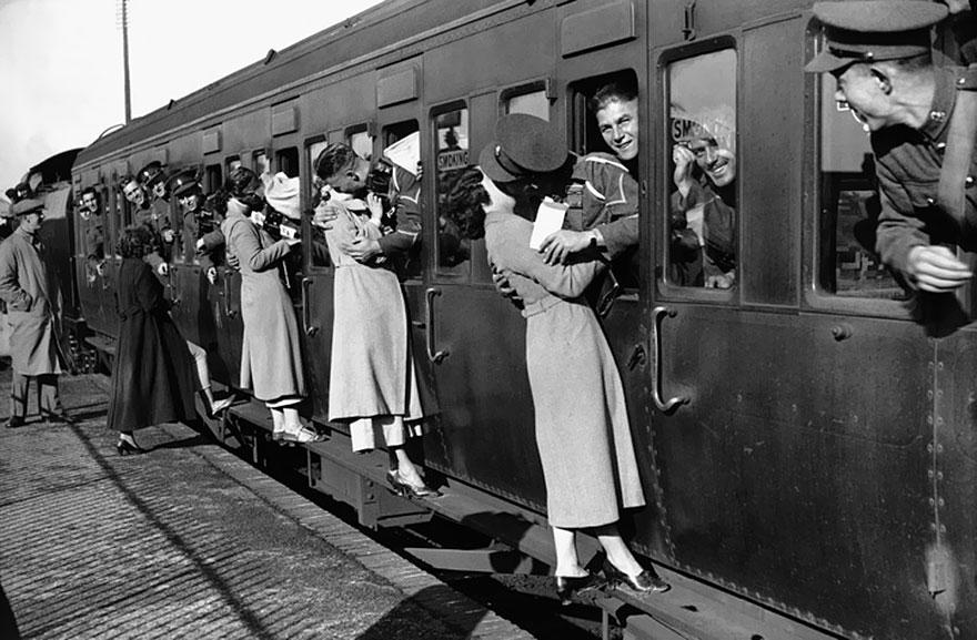 I soldati di partire per l'Egitto si affacciano dalle finestre a baciare i loro cari Addio 1935