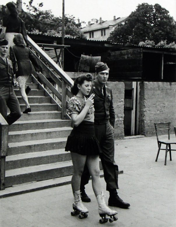 Una mujer joven en patines Y Su Soldado Honey, 1940