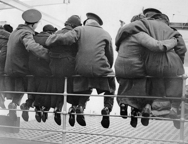 Los soldados ingleses decir adiós a sus esposas, a punto de ir a Egipto de 1937