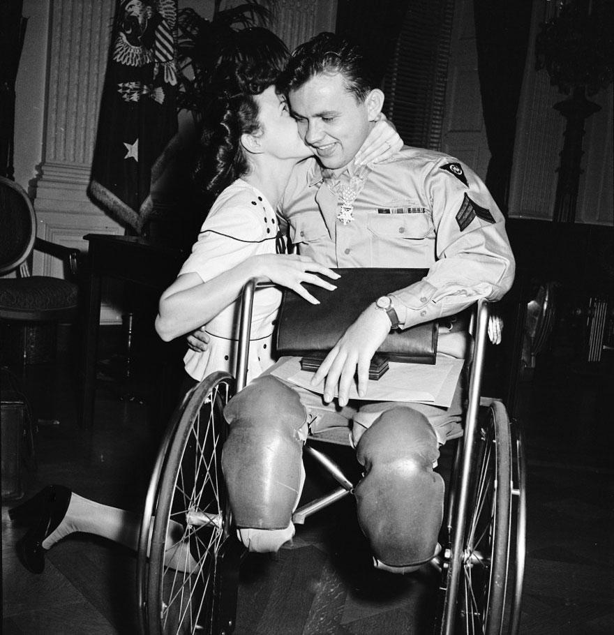 Jean Moore si inginocchia e bacia il suo fidanzato, una sedia a rotelle la seconda guerra mondiale Veterano Ralph Neppel 1945