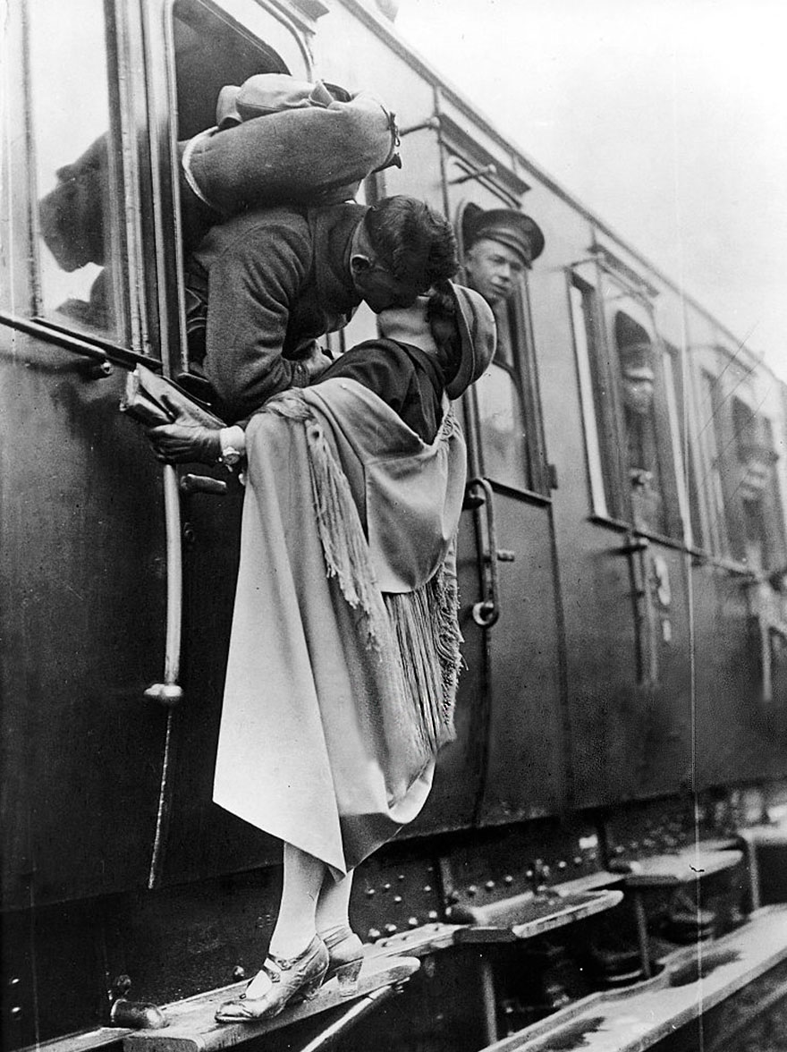US Soldato Tenderly bacia la sua amica addio prima di partire in treno, 1922