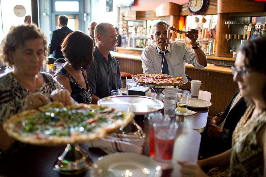 Il presidente Barack Obama Azioni A Pizza cena con gli individui che hanno scritto lettere a lui, Sul Wazee Supper Club a Denver, Colorado