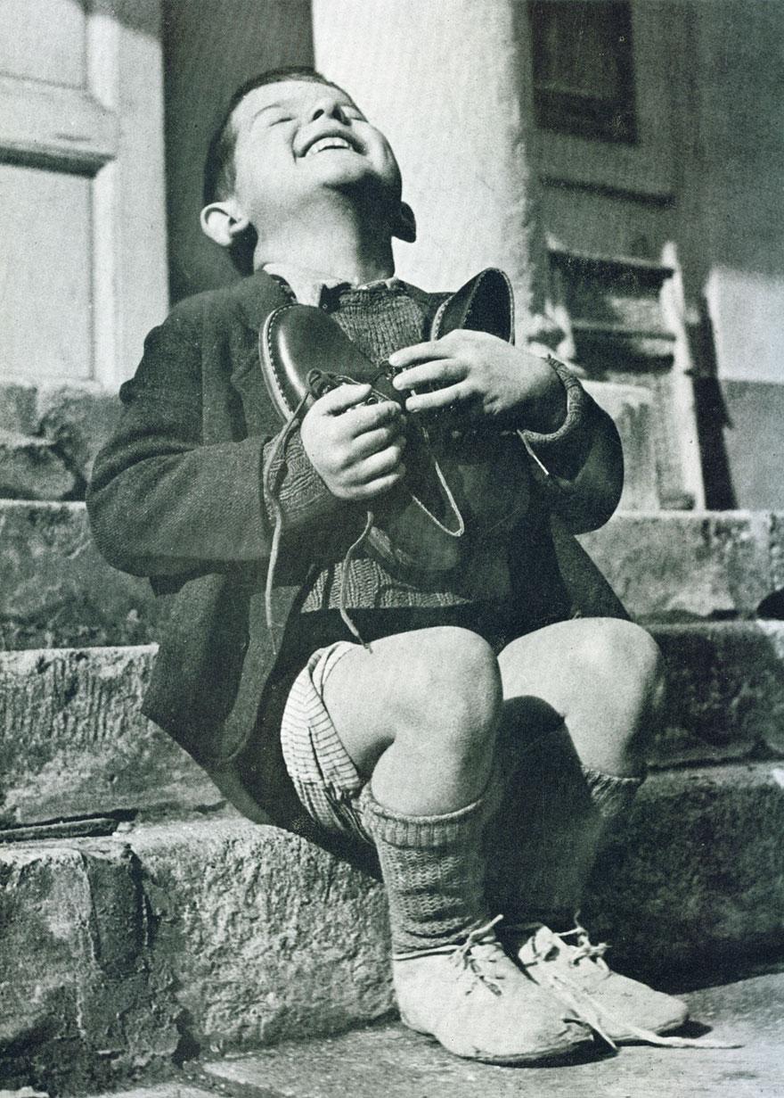 Il ragazzo austriaco riceve nuovi Shoes Durante la seconda guerra mondiale