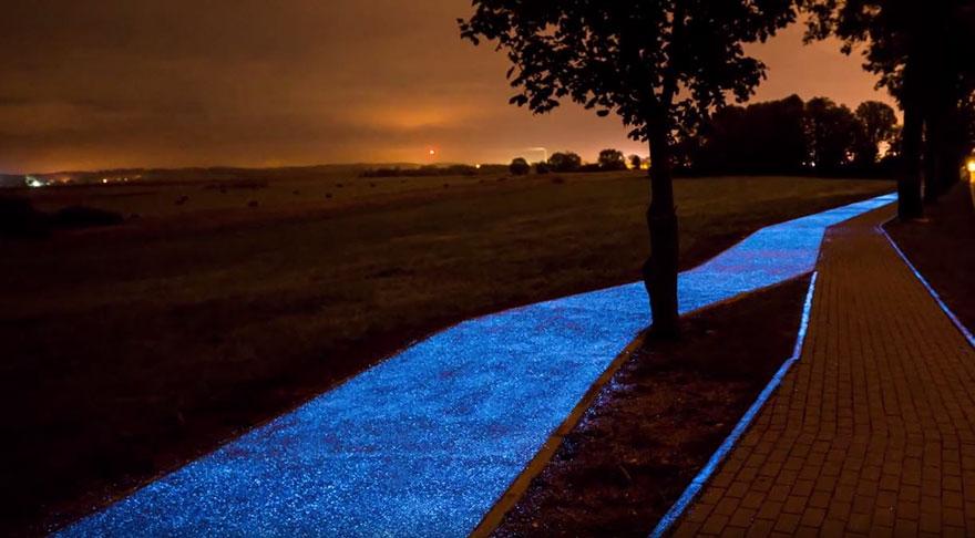 glowing blue bike lane-TPA-instytut-badan-technicznych-poland-3