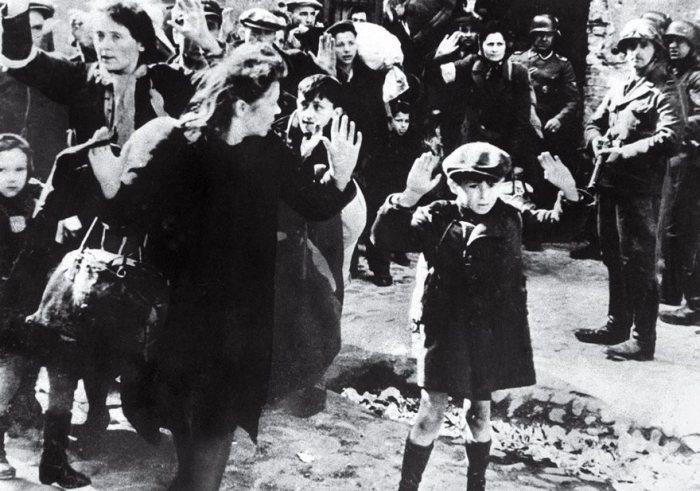 Boy judía rinde En Varsovia de 1943