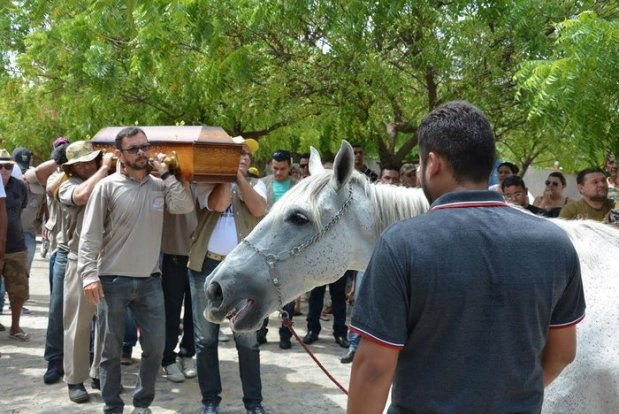 horse-goodbye-owner-funeral-brasil-1