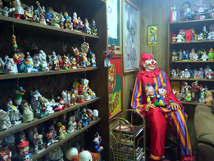 Would You Rather Sleep In This Clown Motel Or Get Eaten By