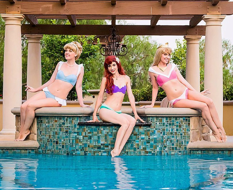 disney princess cosplay enchanted bikinis 17 58c95a903d9b8  700 - Princesas da Disney aproveitam o verão