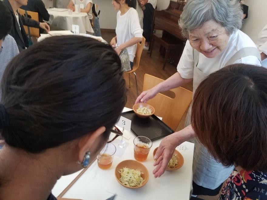 waiters-dementia-restaurant-of-order-mistakes-tokyo-13