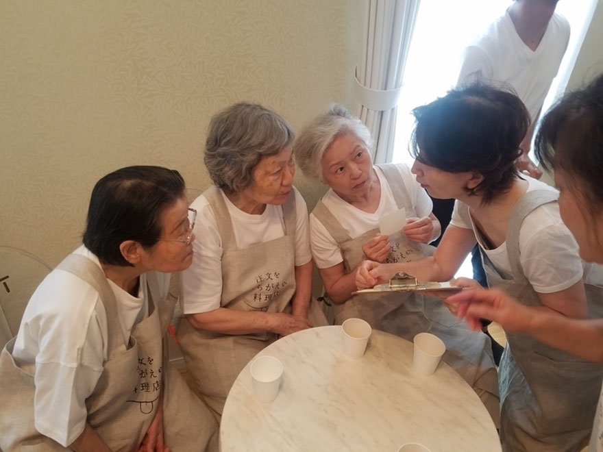 waiters-dementia-restaurant-of-order-mistakes-tokyo-14