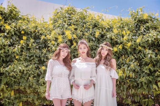 youthful-taiwanese-woman-mother-sisters-lure-fayfay-sharon-hsu-5
