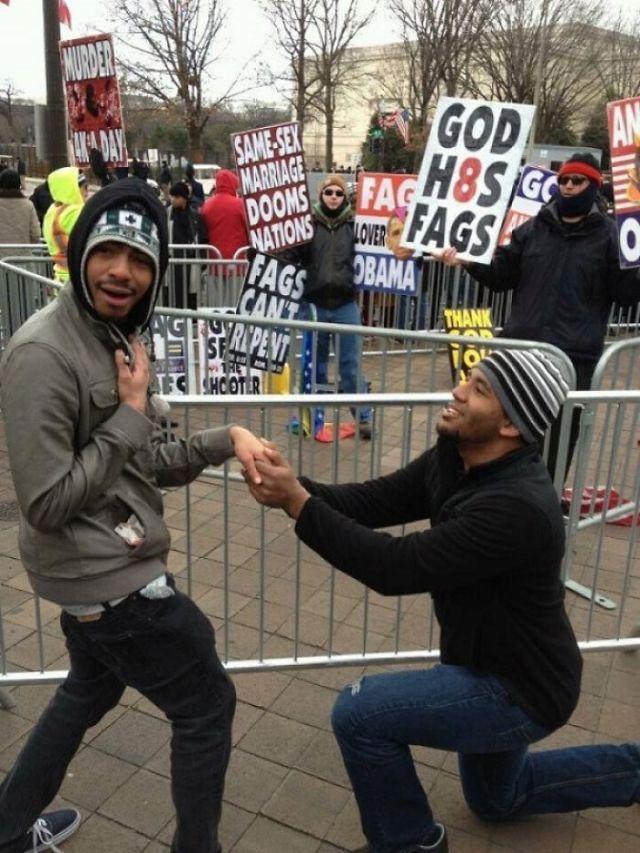 Troleando a los que protestan contra la homosexualidad