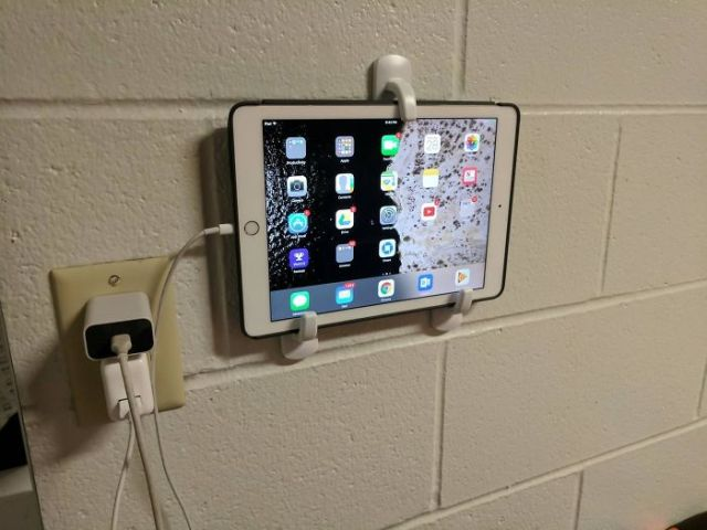 Mount An Ipad Or Tablet With Some Command Hooks For An Easy televisión Or Night Clock In College. Just Slide It Out For Use!