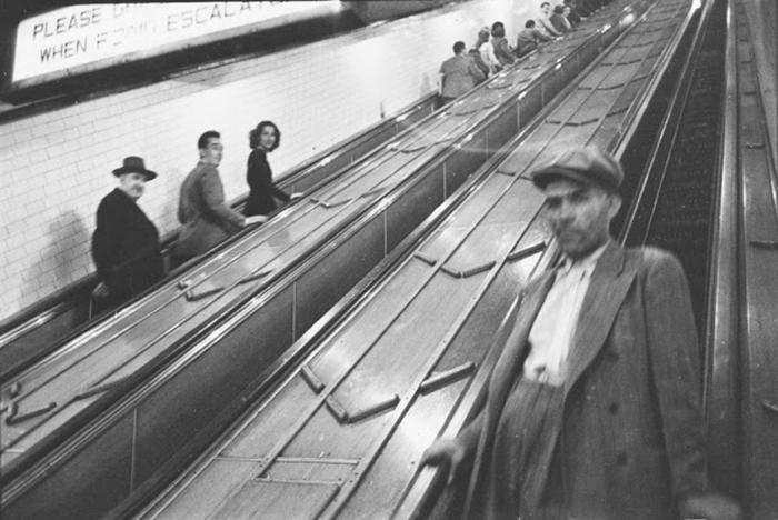 Persone in scala mobile in una stazione della metropolitana, 1940
