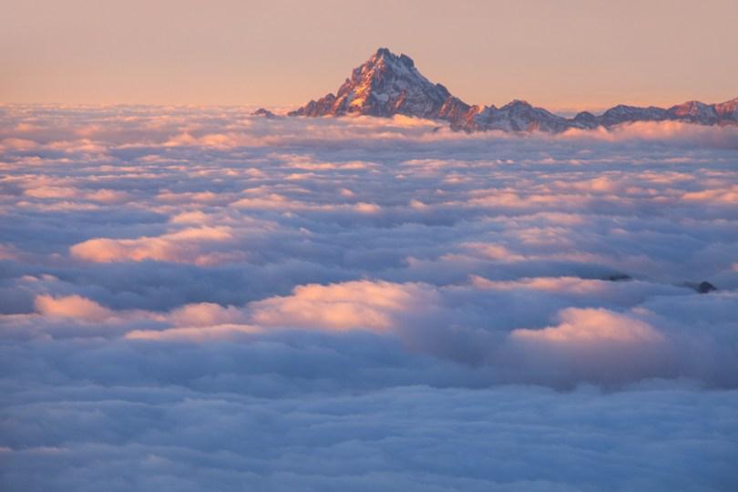 Monviso emergindo das nuvens