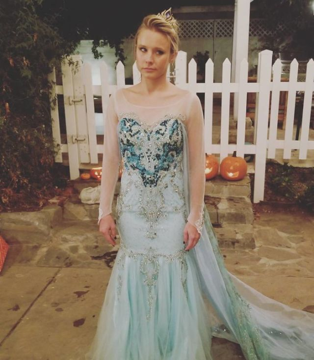 Kristen Bell, The Voice Of Anna In Frozen, Had To Be Elsa For Halloween. Because Her Daughter Made Her Do It