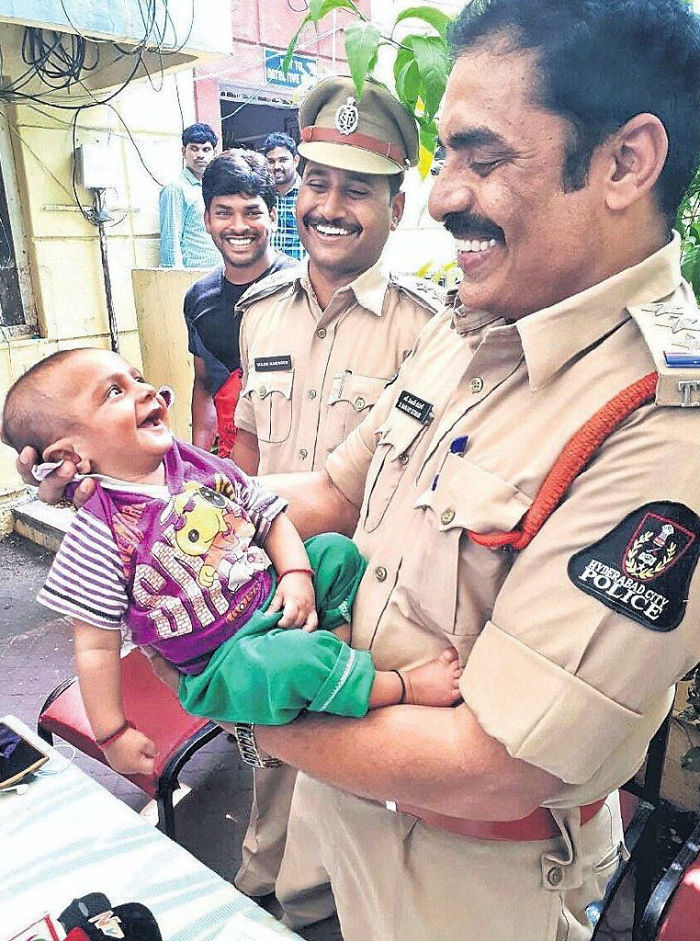 Bayi tersenyum pada polisi