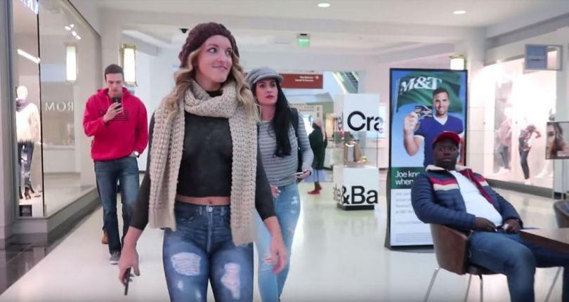 "I Body Painted a Model to Walk Through a Mall Naked 5a12a177f3f09  880 - ""Body Painter"" leva modelos com corpo pintado para andar na rua"