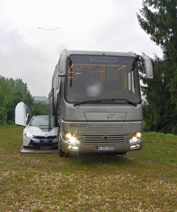 "motorhome garage volkner mobil performance s 5a0018e661996  700 - Ônibus ""motorhome"" possibilita guardar carro"