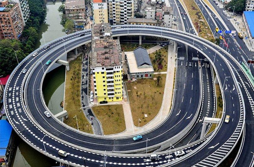 Em Guangzhou, as autoridades tiveram que construir uma estrada de circunvalação em torno desse bloco de apartamentos porque três famílias não iriam