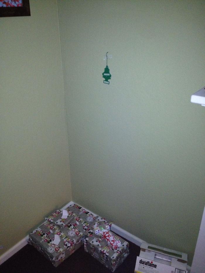 De kerstboom opgetuigd voor als je lui bent aangelegd