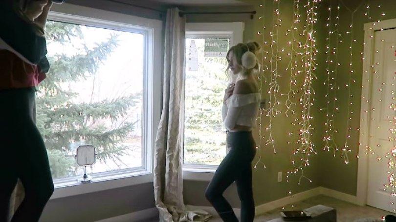 How To Take Amazing Christmas Light Portraits In An Ordinary Bedroom 5a22a99a9f15d  700 - Tutorial de fotografia com linda modelo