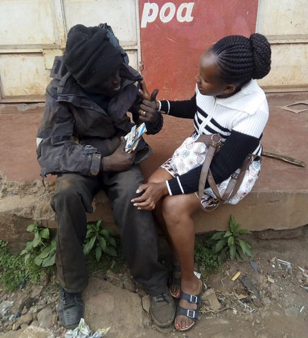 kenyan-lady-rescues-homeless-childhood-friend-wanja-mwaura-hinga-9-5a8e818e1beac__700 Woman Finds Childhood Friend On Streets Addicted To Drugs, Transforms Him So Much We Can't Believe It's Same Man Design Random support