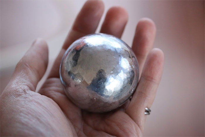 aluminum-foil-ball-japan-5abe438bafe26__700 Japanese Are Polishing Foil Balls To Perfection, And The Result Is Too Satisfying Design Random