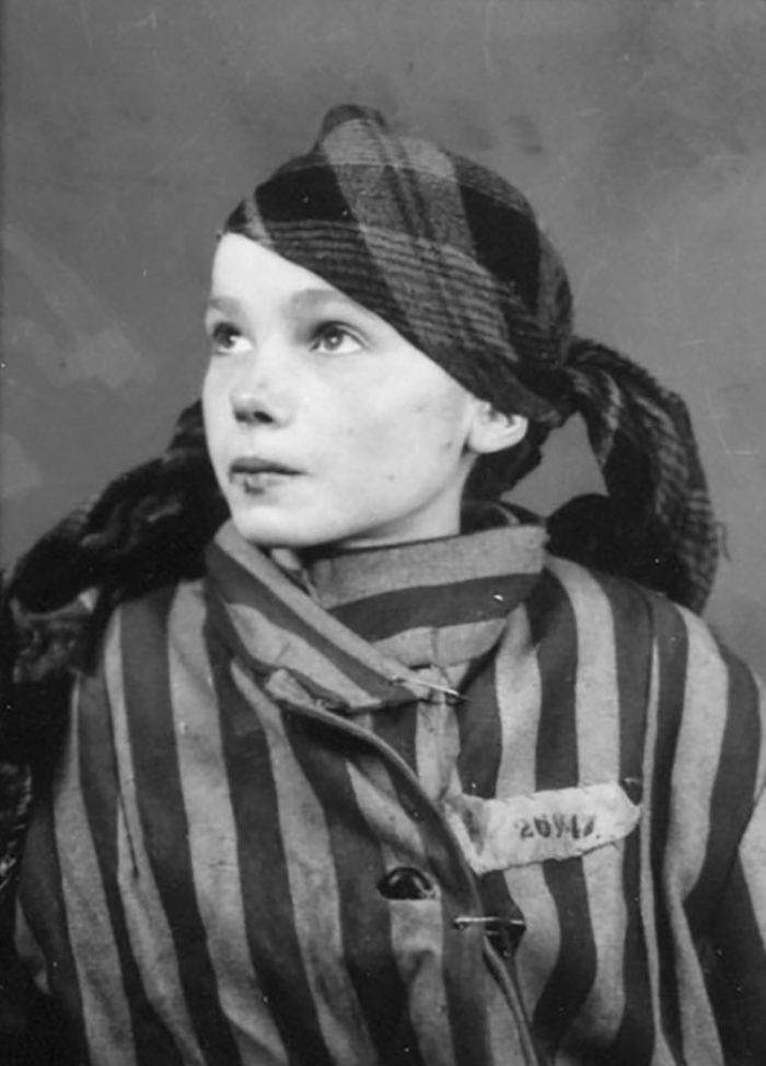 colorized-auschwitz-girl-czeslava-kwoka-black-white-historic-photos-marina-amaral-5aaa51f623bd6__700 The Last Photos Of A 14-Year-Old Polish Girl In Auschwitz Get Colorized, And They'll Break Your Heart Design Photography Random