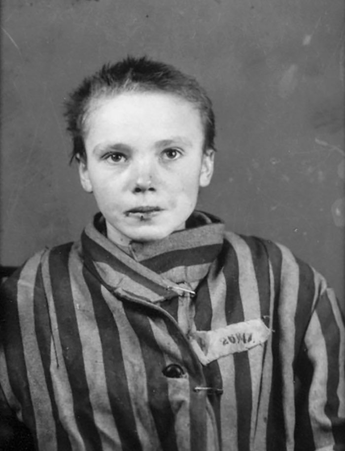 colorized-auschwitz-girl-czeslava-kwoka-black-white-historic-photos-marina-amaral-5aaa5246145f5__700 The Last Photos Of A 14-Year-Old Polish Girl In Auschwitz Get Colorized, And They'll Break Your Heart Design Photography Random