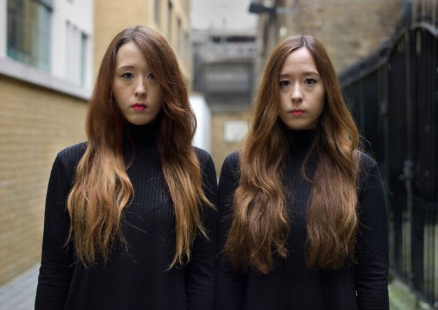 london-identical-twin-portraits-alike-but-not-like-peter-zelewski-17-5abb65dc6ddcc__880 Portraits Of Identical Twins Show Just How Different They Are Art Design Photography Random
