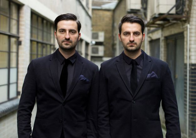 london-identical-twin-portraits-alike-but-not-like-peter-zelewski-3-5abb65bc67317__880 Portraits Of Identical Twins Show Just How Different They Are Art Design Photography Random