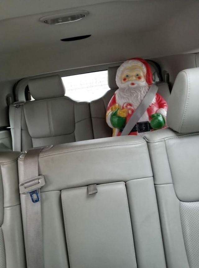 Mi hijo de nueve años nos ha dejado una sorpresa en el coche y casi nos da un infarto al mirar el espejo
