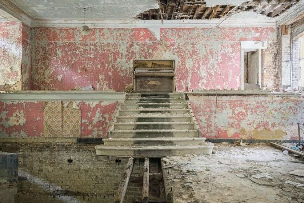 requiem-pour-pianos-1-5adc41b42b73c__700 I Travel Through Europe In Search Of Forgotten Pianos In Abandoned Places Design Photography Random