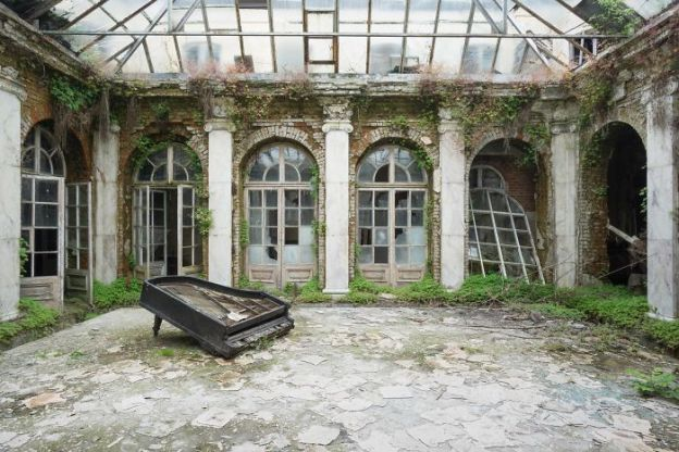 requiem-pour-pianos-30-5adc42aebb7c1__700 I Travel Through Europe In Search Of Forgotten Pianos In Abandoned Places Design Photography Random