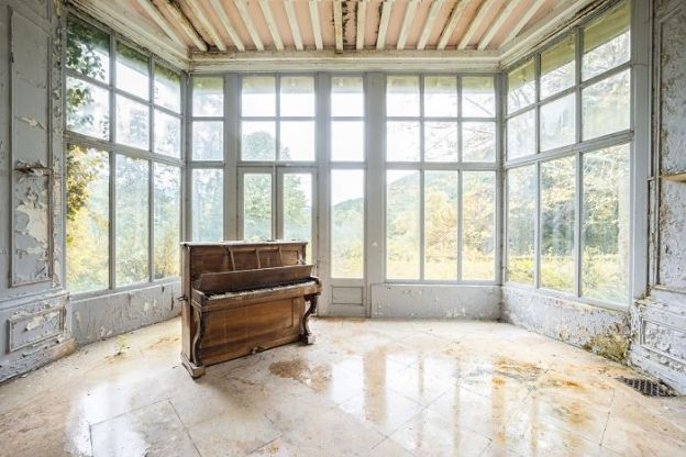 requiem-pour-pianos-8-5adc423755f23__700 I Travel Through Europe In Search Of Forgotten Pianos In Abandoned Places Design Photography Random
